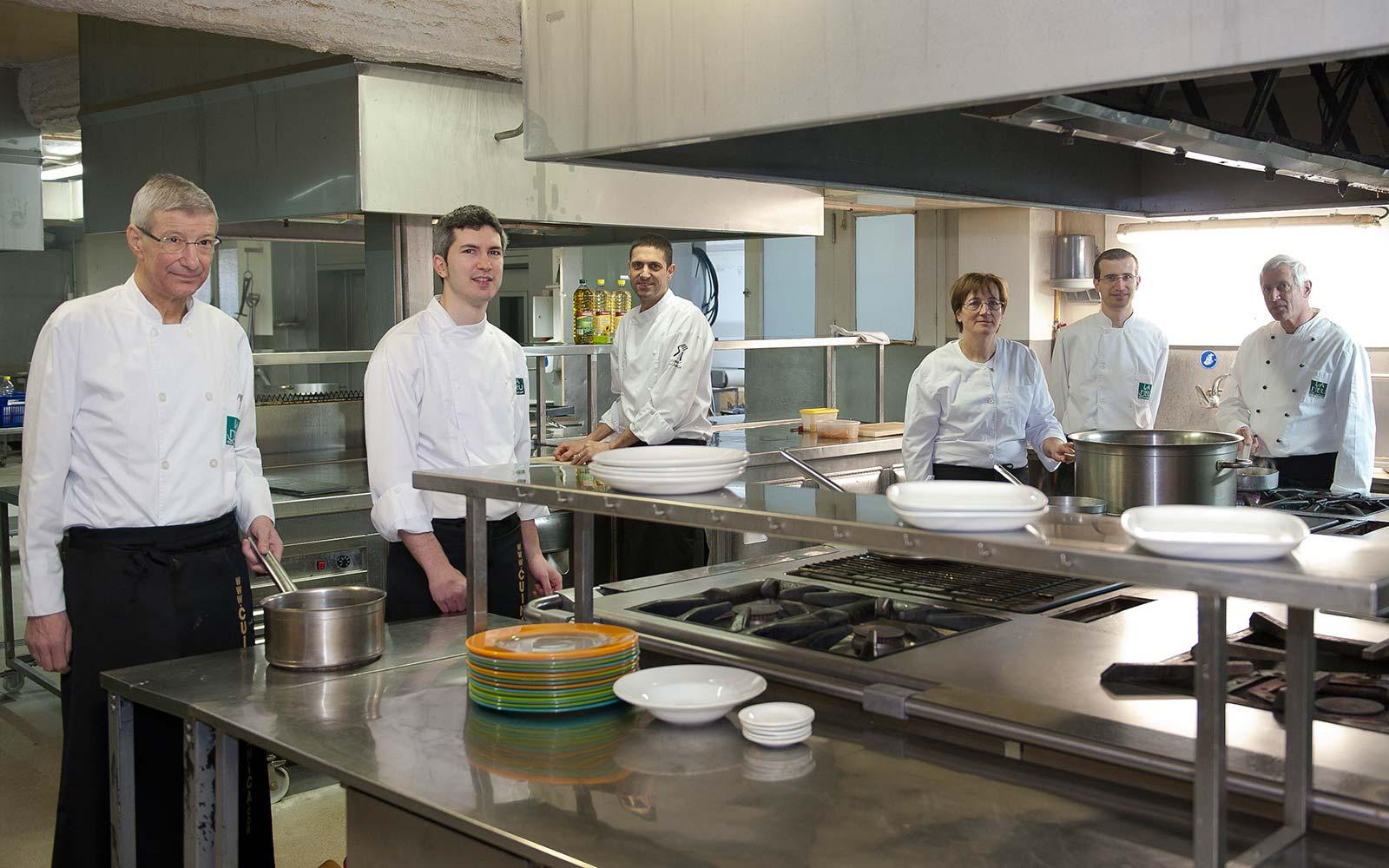 Equipo de la cocina del restaurante La Deu